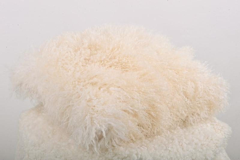vit fluffig kudde